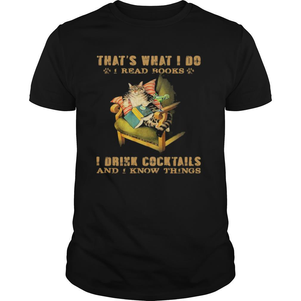 Cat sitting on sofa that's what i do i read books i drink cocktails and i know things shirt Classic Men's