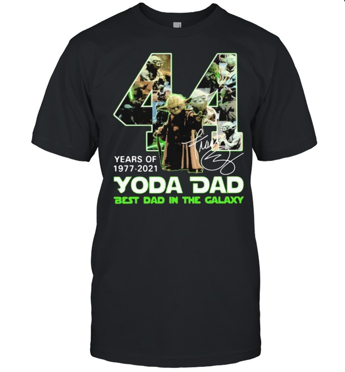 44 years of 1977 2021 yoda dad best dad in the galaxy signature shirt Classic Men's T-shirt