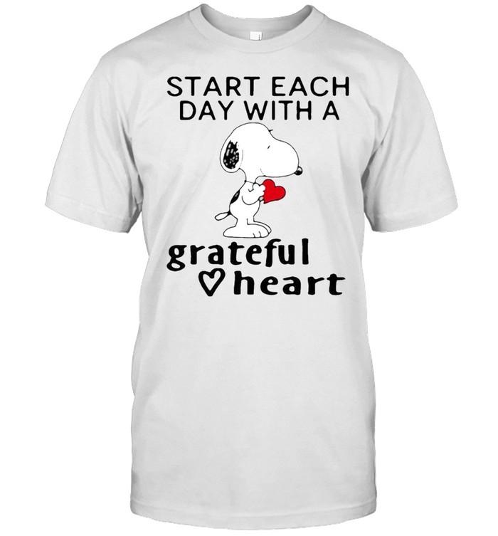 Start each day with a grateful heart snoopy shirt Classic Men's T-shirt